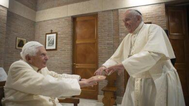 Photo of Papa Francisco y Papa emérito Benedicto XVI son vacunados contra el Covid-19 en el Vaticano